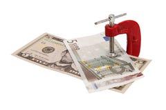 Dollar und Euros festgeklemmt im Kolben. Stockbild