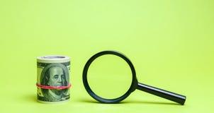 Dollar und Lupe Das Konzept des Findens von Quellen der Investition und der Sponsoren Barmherzige Kapitalien Starts und lizenzfreies stockfoto