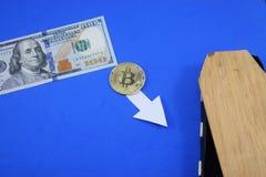 Dollar und Münze bitcoin nahe dem Sarg Lizenzfreies Stockbild