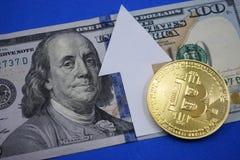 Dollar und Münze bitcoin, bitcoin steigt in Preis Lizenzfreie Stockfotos