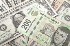 Dollar-und mexikanische Peso-Rechnungen Stockfotos