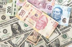 Dollar-und mexikanischer Peso-Rechnungen Lizenzfreie Stockfotografie