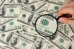 Dollar und schwarze Lupe Lizenzfreies Stockfoto