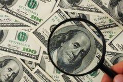 Dollar und schwarze Lupe Lizenzfreie Stockfotografie