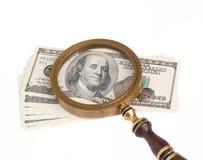 Dollar und Vergrößerungsobjektiv stockfotografie