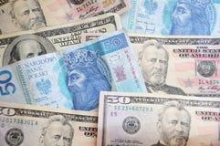 Dollar- und Zlotyrechnungen lizenzfreie stockfotografie