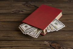 Dollar US à l'intérieur de livre Crayon lecteur, lunettes et graphiques Photo stock