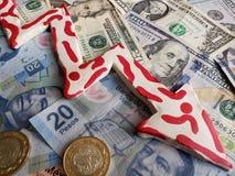 dollar US diminue en valeur contre le peso mexicain, la devise mexicaine, de billets d'un dollar américains et la flèche descenda photographie stock libre de droits