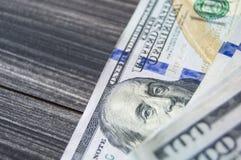 Dollar, US dollar, dollarbilder för utbytesplatser, dollarbilder i olika begrepp, pengar som räknar handen, pengar och räkning Arkivfoton