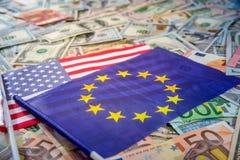 Dollar US et euro sur des drapeaux des Etats-Unis et de l'Union européenne Photo libre de droits