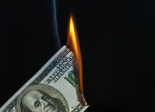 100 Dollar USA Bill Catching auf Feuer Stockbild