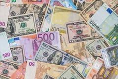 Dollar vs eurosedlar Arkivfoton