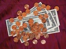 Dollaranmärkningar och mynt, Förenta staterna över röd sammetbakgrund fotografering för bildbyråer