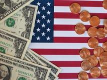 Dollaranmärkningar och mynt och flagga av Förenta staterna Royaltyfri Bild