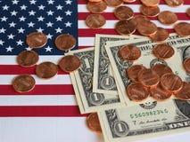 Dollaranmärkningar och mynt och flagga av Förenta staterna Royaltyfria Bilder