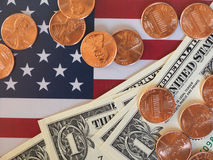 Dollaranmärkningar och mynt och flagga av Förenta staterna Royaltyfri Foto