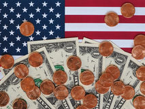 Dollaranmärkningar och mynt och flagga av Förenta staterna Arkivfoton