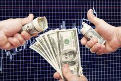 Dollaranmerkungen in den Händen auf einem blauen Hintergrund mit dem Zeitplan Lizenzfreie Stockfotos