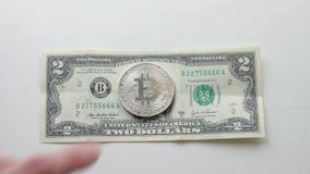 2 dollarbankbiljet en bitcoin stock footage