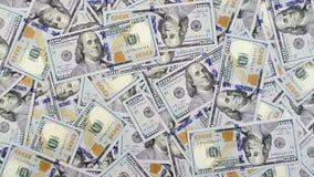 Dollarbankbiljetten die die in partijen op lijst vallen met geld wordt behandeld stock videobeelden