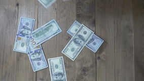 Dollarbankbiljetten die op een Houten Lijst vallen Langzame Motie stock videobeelden