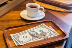 Dollarbankbiljetten en muntstukken, gelduiteinden royalty-vrije stock afbeeldingen