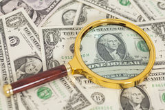Dollarbankbiljetten onder vergrootglas Royalty-vrije Stock Afbeeldingen