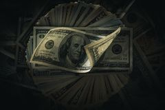 Dollarbankbiljetten op dark Stock Afbeelding