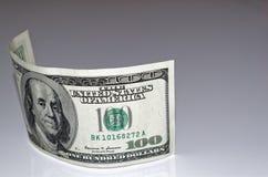 Dollarbanknote mit 100 Amerikanern auf hellgrauem Hintergrund Stockfotografie