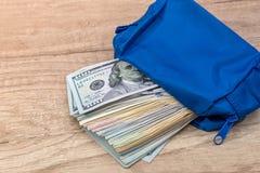 Dollarbanknote mit 100 Amerikanern auf Schreibtisch Lizenzfreie Stockbilder