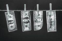 Dollarbanknoten, die am Seil lokalisiert auf Schwarzem hängen Lizenzfreies Stockfoto