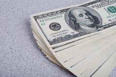 Dollarbanknoten-Geldhintergrund Stockbilder