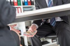Dollarbanknoten im Umschlag getrennt auf Weiß Stockfoto
