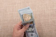 Dollarbanknoten mit einem Herzen auf einer Schnur Stockfotos