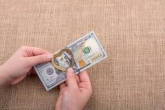 Dollarbanknoten mit einem Herzen befestigen auf einer Schnur Lizenzfreie Stockbilder