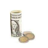 Dollarbanknoten und Euromünzen auf weißem Hintergrund Stockfotografie