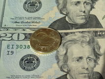 Dollarbanknoten und Vatikan-Münze Stockbilder