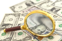 Dollarbanknoten unter Lupe Stockbild