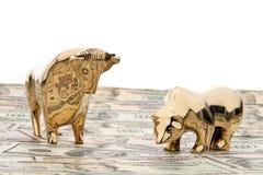 Dollarbargeldanmerkungen mit Stier und Bären Stockfotografie