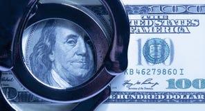 Dollarcontant geld en handcuffs als symbool van corruptie in judicia royalty-vrije stock foto's