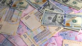 Dollaren och hryvniaen för gamla och nya pengar faller på tabellen arkivfilmer