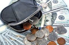 Dollari americani in borsa nera e monete su un fondo bianco Fotografie Stock