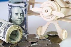 Dollari americani di posto dei rotoli sulle monete dei soldi con il airca di legno Fotografia Stock Libera da Diritti