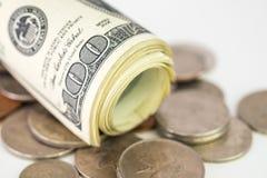 Dollari americani di posto del rotolo sulle monete dei soldi Fotografie Stock Libere da Diritti