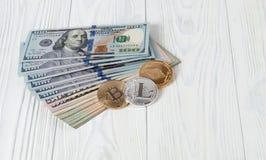Dollari americani e valuta cripto Fotografie Stock Libere da Diritti