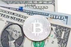 Dollari americani su fondo bianco coperto di bitcoin d'argento Fotografie Stock Libere da Diritti