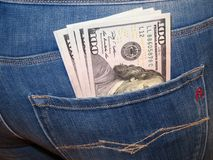 Dollari americani in tasca dei jeans del ` s della donna Fotografie Stock Libere da Diritti