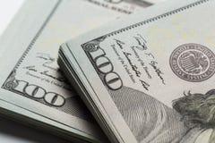 Dollari americani Una pila di cento banconote in dollari Fine in su fotografia stock libera da diritti