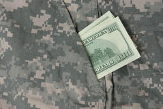 Dollari in casella dell'uniforme dell'esercito Fotografia Stock