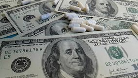 Dollari delle capsule di concetto della mano, fucilazione lenta stock footage